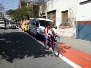 carros-na-ciclovia-mae-com-crianca-na-bicicleta-Foto-Paulo-Preto-300x225