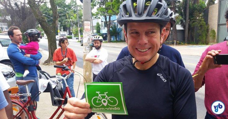 Joao-Doria-pedalada-ciclistas-outubro-2016-fb-h-adesivo-bicicleta-bem-vinda-Foto-Willian-Cruz